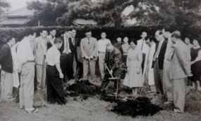 記念樹を植える池田所長